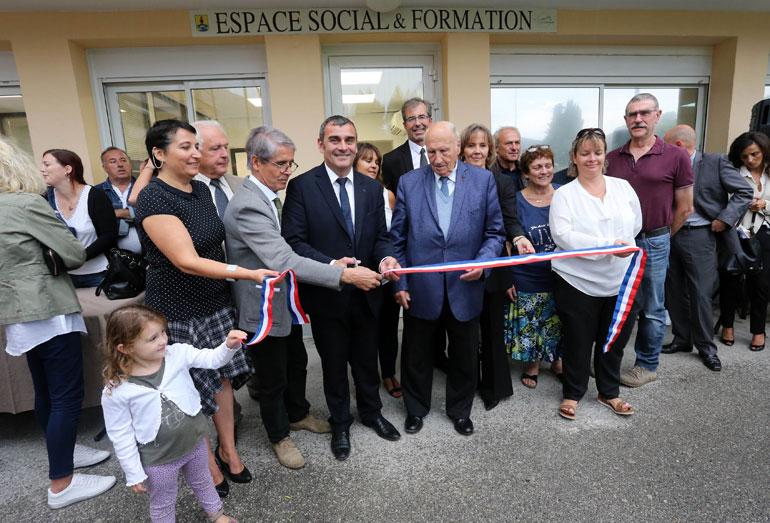 Inauguration de l'Espace Social et formation de Saint-Martin du Var : coupure du ruban