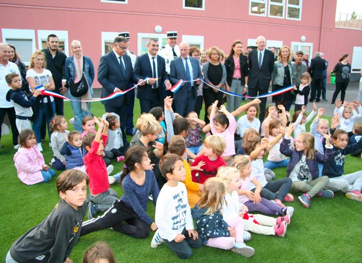 Inaugurations : Maire de Saint-Martin-du-Var coupe le ruban lors de l'inauguration de l'extension de l'école primaire