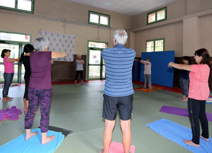 Les participants à la Journée des aidants s'initient au yoga