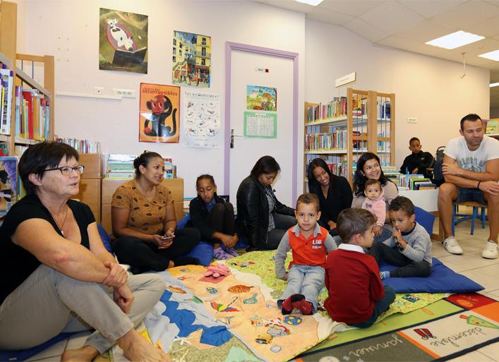 Le groupe de participants pour la rencontre - débats autour du thème « Des livres et des jeux pour les bébés : une alternative aux écrans »