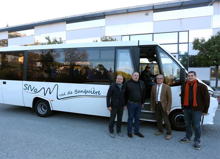 Bus inauguré par un groupe d'enfants en présence d'Honoré Colomas, Président du SIVoM et de Jean-Jacques Carlin vice-président délégué