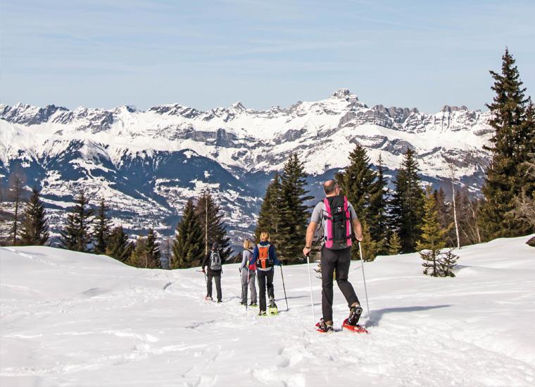 Sorties « Raquettes à neige » : Famille utilisant les raquettes à neige